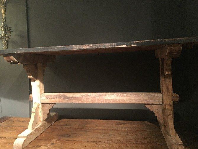 mesa sobre negro antrazita